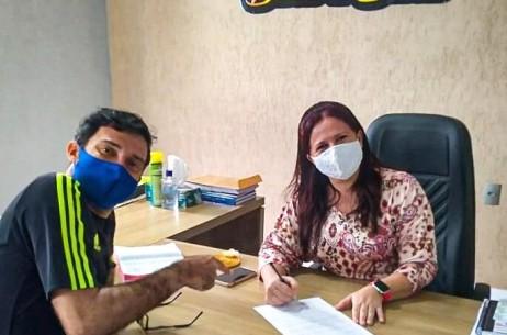 Prefeita da Barra de Santo Antonio assina lei que amplia margem de consignados de servidores